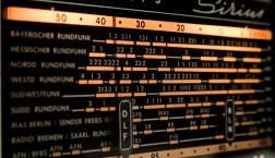 """Aus der analogen Zeit: DLF auf einem Radio-""""Display. (Foto: Markus Waldhauser)"""