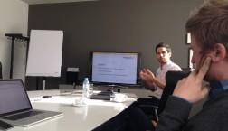 Arjan Dhupia während seines Vortrags in Berlin. (Foto: Boris Bittner)