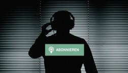 Schattenriss eines Mannes mit Kopfhörern und Abonnieren Button
